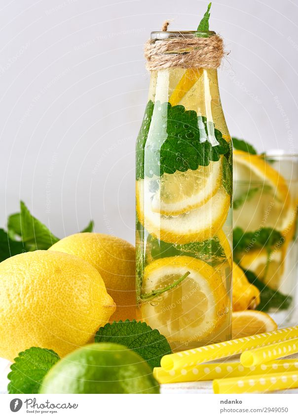 Sommer Erfrischungsgetränk Limonade mit Zitronen Frucht Kräuter & Gewürze Vegetarische Ernährung Getränk Saft Alkohol Flasche Tisch Blatt Coolness saftig sauer