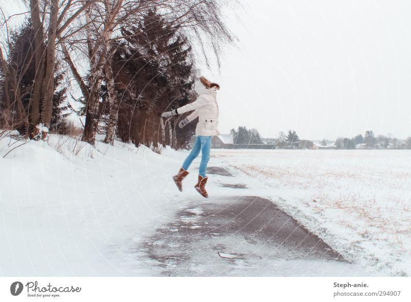 Breaking free 1 Mensch Winter schlechtes Wetter Eis Frost Schnee Baum Feld Jeanshose Mantel Kapuze Handschuhe Stiefel Bewegung springen frei einzigartig weiß