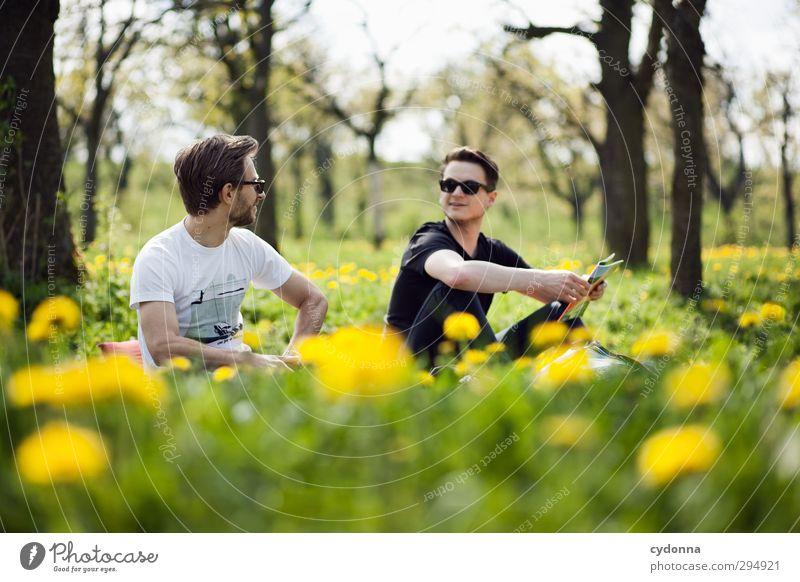 Im Grünen Mensch Natur Jugendliche Baum Freude Blume Landschaft Erholung Erwachsene Umwelt Junger Mann Wiese Leben Gras Frühling Freiheit