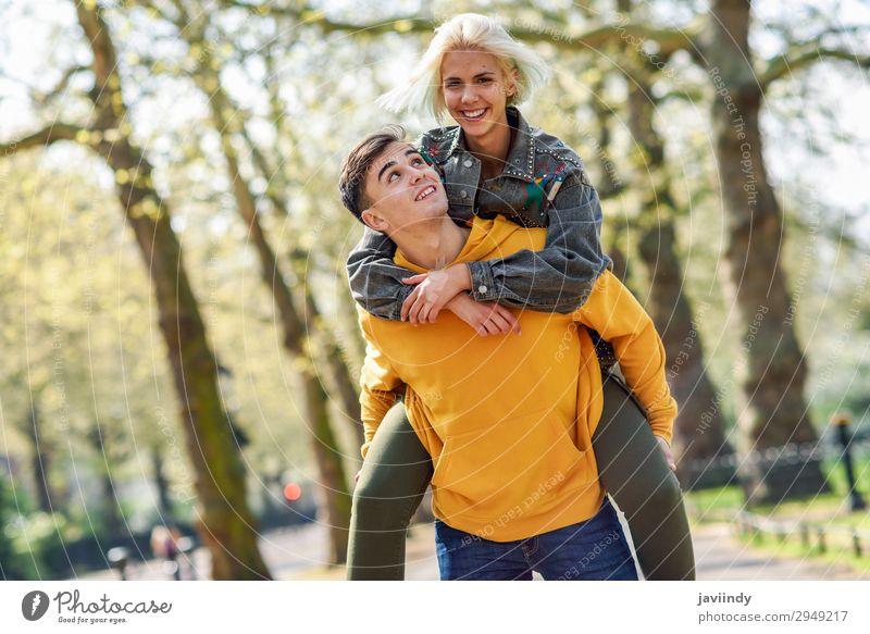 Freund, der seine Freundin im Huckepackverkehr trägt. Lifestyle Freude Glück schön Freizeit & Hobby Mensch maskulin feminin Junge Frau Jugendliche Junger Mann