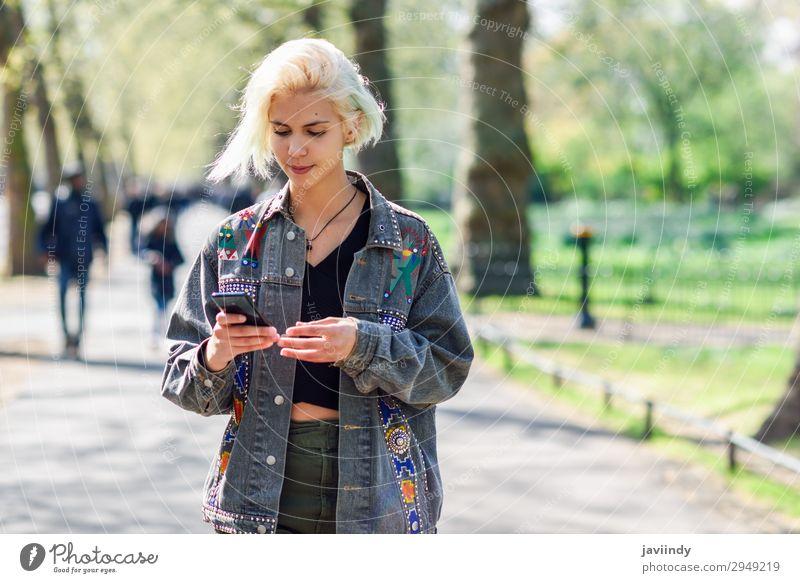 Junge Stadtfrau mit moderner Frisur auf dem Smartphone Lifestyle Glück Ferien & Urlaub & Reisen Telefon PDA Technik & Technologie Mensch feminin Junge Frau