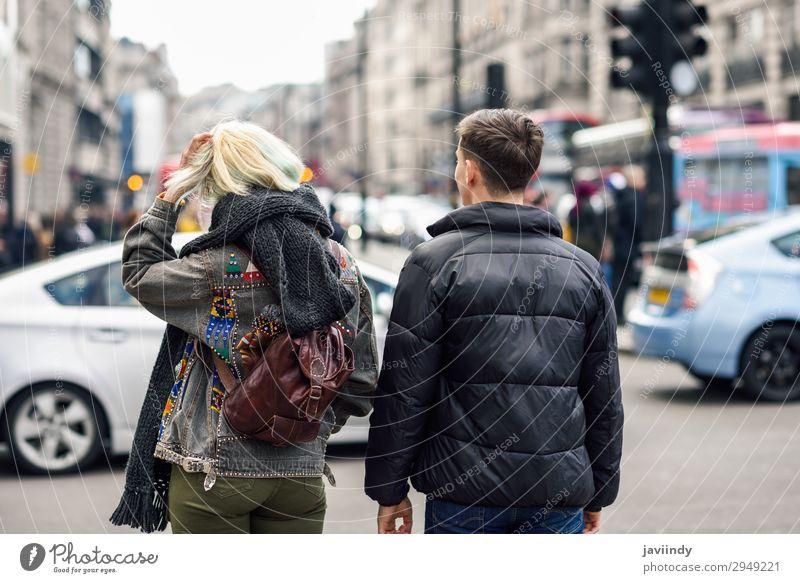 Ein glückliches Paar von Freunden, die während der Reise die Aussicht genießen. Lifestyle Freude Glück schön Ferien & Urlaub & Reisen Tourismus Sightseeing