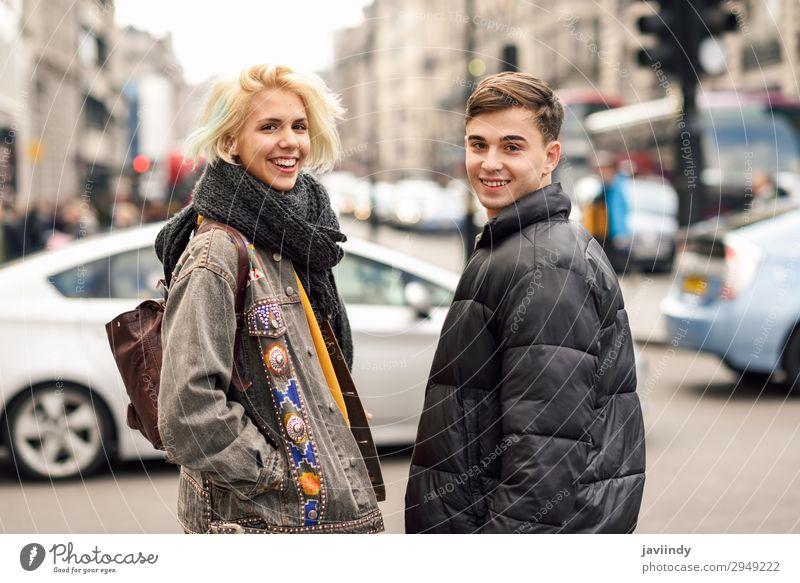 Teenager Typ und Mädchen im urbanen Hintergrund. Lifestyle Freude Glück schön Ferien & Urlaub & Reisen Tourismus Sightseeing Mensch maskulin feminin Junge Frau