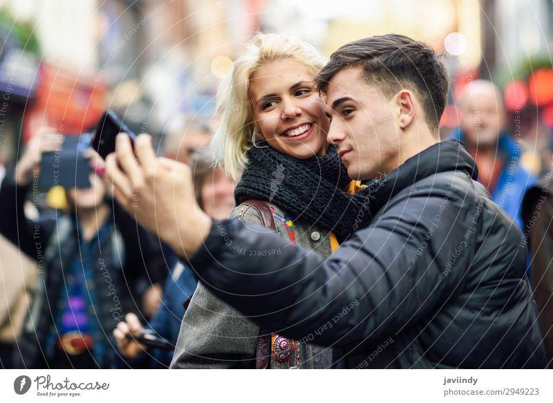 Glückliche Touristen, die Selfie in einer überfüllten Straße nehmen. Lifestyle schön Freizeit & Hobby Ferien & Urlaub & Reisen Tourismus Ausflug Sightseeing