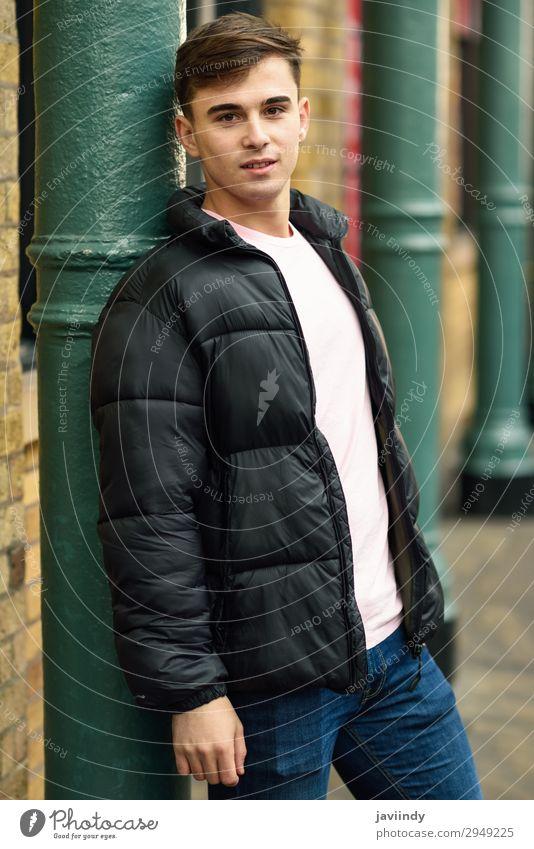 Junger Mann im urbanen Hintergrund mit moderner Frisur. Lifestyle Stil Mensch maskulin Jugendliche Erwachsene 1 18-30 Jahre Straße Mode Hemd stehen Coolness