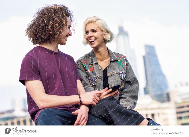 Ein glückliches Paar, das in der Nähe der Themse sitzt. Lifestyle Freude Glück Haare & Frisuren sprechen Telefon PDA Technik & Technologie Mensch maskulin
