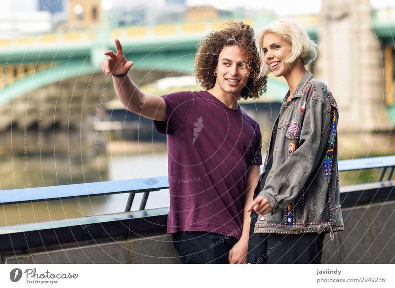 Ein glückliches Paar, das in der Nähe der Themse sitzt. Freude Glück Haare & Frisuren Ferien & Urlaub & Reisen sprechen Mensch maskulin feminin Junge Frau