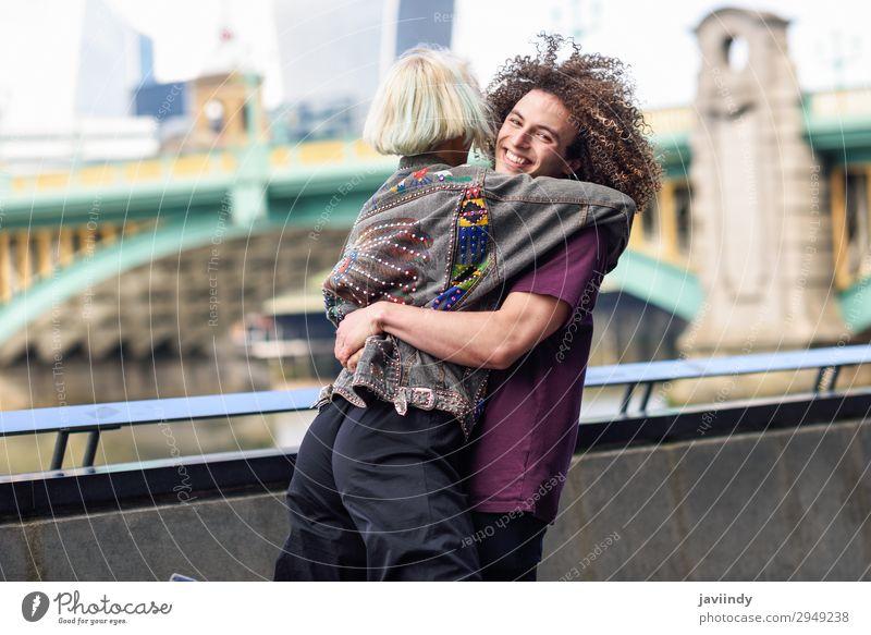 Ein glückliches Paar, das sich in der Nähe der Southwark-Brücke umarmt. Freude Glück Mensch maskulin feminin Junge Frau Jugendliche Junger Mann Erwachsene