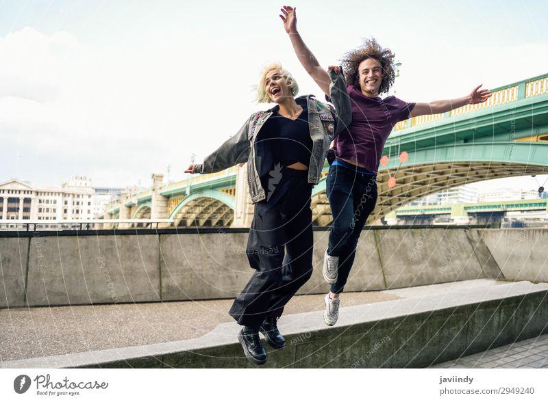 Lustiges Paar beim Springen am Fluss Themse, London Freude Glück schön Ferien & Urlaub & Reisen Mensch maskulin feminin Junge Frau Jugendliche Junger Mann