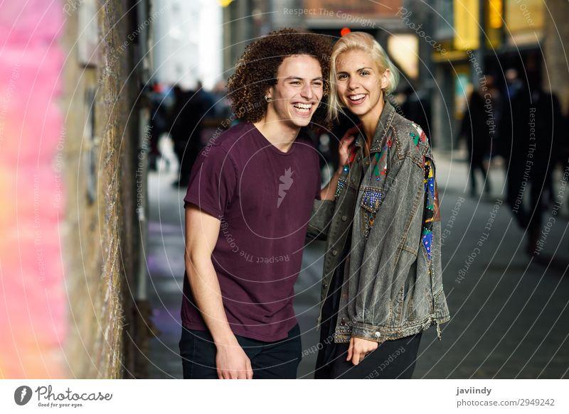 Junges Paar spricht im urbanen Hintergrund Lifestyle Freude Glück schön Haare & Frisuren sprechen Mensch maskulin feminin Junge Frau Jugendliche Junger Mann