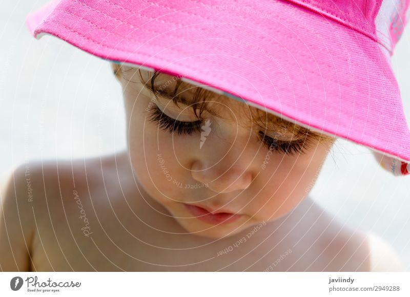 Nahaufnahme-Porträt eines bezaubernden kleinen Mädchens mit Sonnenhut Lifestyle Freude Glück schön Gesicht Sommer Kind Mensch feminin Baby Frau Erwachsene