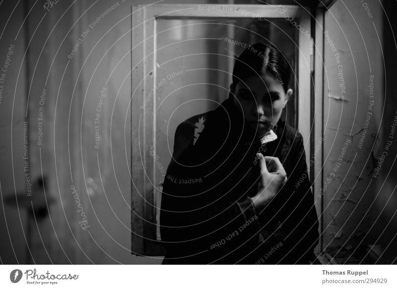 Blick aus dem Dunkeln Mensch feminin Junge Frau Jugendliche Erwachsene Gesicht 1 18-30 Jahre Ruine Mauer Wand Fenster Jacke brünett Scheitel beobachten