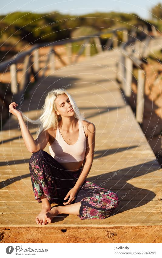 Lächelnde Frau genießt den Sonnenuntergang an einem schönen Strand. Lifestyle Glück Körper Leben Freizeit & Hobby Ferien & Urlaub & Reisen Freiheit Sommer Meer