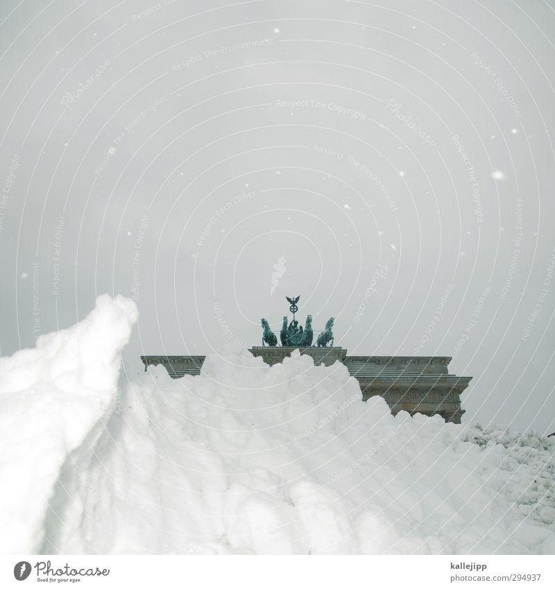 berliner frühling Winter Klima Wetter Eis Frost Schnee Schneefall Sehenswürdigkeit Wahrzeichen grau weiß Brandenburger Tor Berlin Sightseeing Schneehaufen