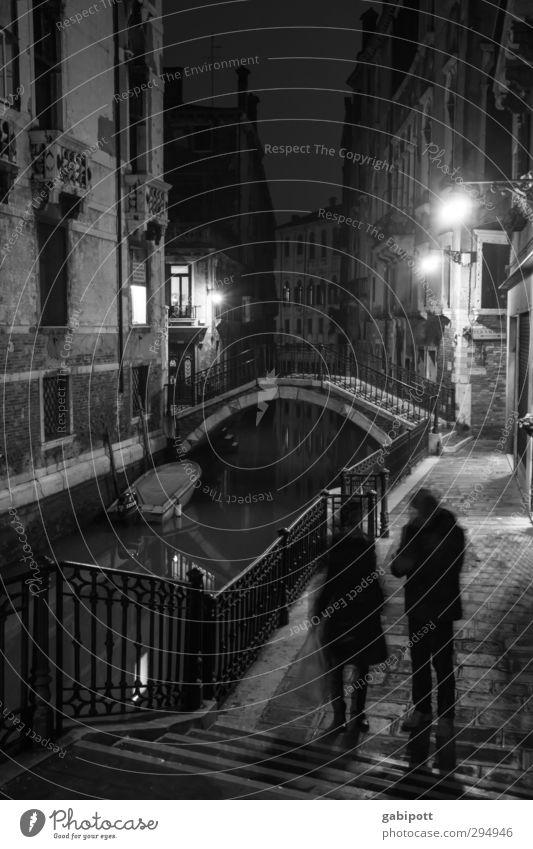 Nachts sind alle Brücken grau alt Stadt Haus dunkel Bewegung Wege & Pfade Fassade Treppe trist Vergänglichkeit Fußweg Laterne Verfall Brückengeländer Gasse