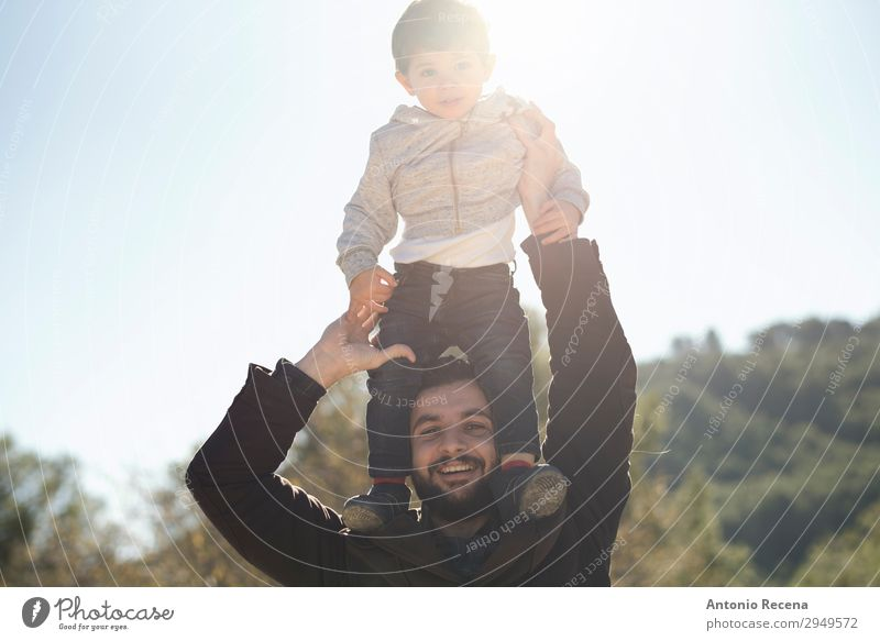 Vater und Sohn Lifestyle Freude Glück Spielen Kind Mensch Baby Mann Erwachsene 2 stehen Umarmen selbstbewußt Lichtschein auf der Schulter 30s 2 Jahre alt