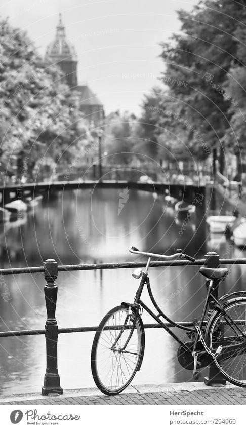 Amsterdam Klischee schön Stadt Ferne Wasserfahrzeug Fahrrad warten Europa Idylle Tourismus Perspektive Kirche ästhetisch Brücke Brückengeländer Sehenswürdigkeit parken