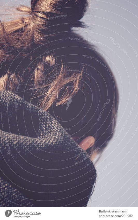 Kopf und Kragen Stil Mensch feminin Frau Erwachsene 1 18-30 Jahre Jugendliche Mantel Stoff brünett langhaarig Zopf Dutt trendy retro blau braun grau ästhetisch
