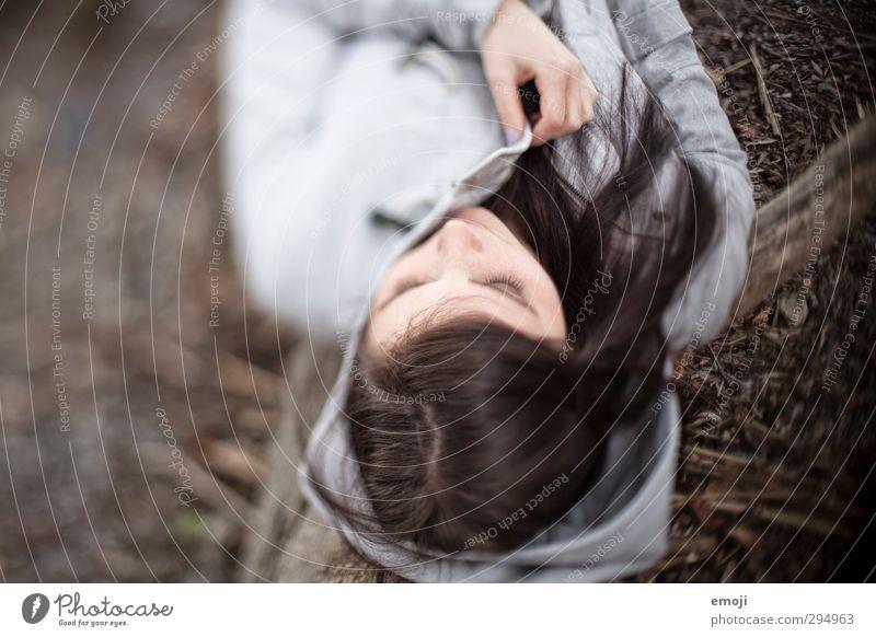 Töne. Grau. feminin Junge Frau Jugendliche 1 Mensch 18-30 Jahre Erwachsene brünett langhaarig kuschlig liegen Farbfoto Gedeckte Farben Außenaufnahme Tag