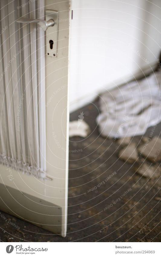 ut köln | clouth | tür auf. alt weiß schwarz Haus Holz Gebäude Metall Arbeit & Erwerbstätigkeit gehen Raum Wohnung Tür dreckig Armut Häusliches Leben Beginn