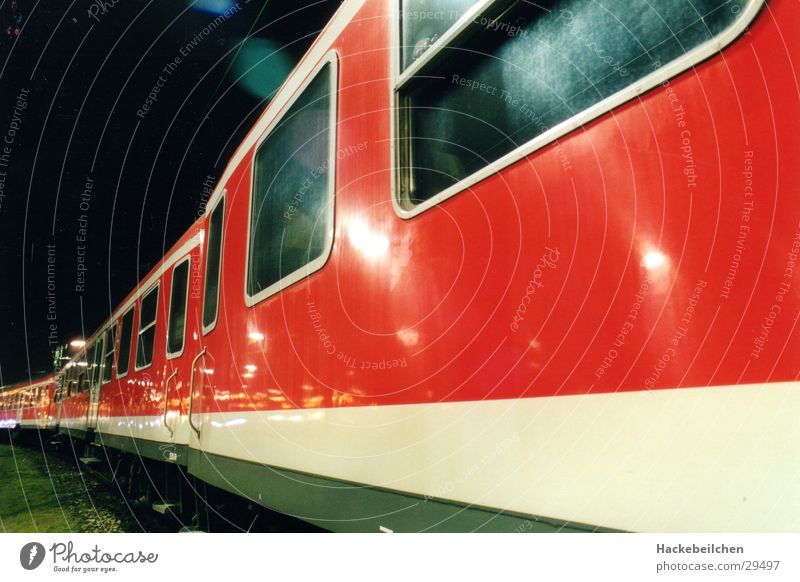 zug des lebens... Verkehr Eisenbahn Bahnhof Nachtaufnahme