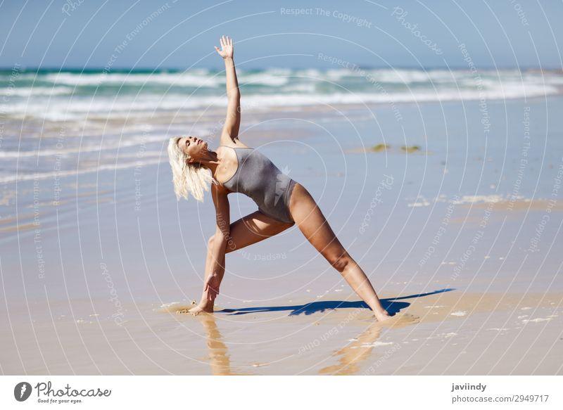 Frau Mensch Himmel Natur Jugendliche Junge Frau Sommer schön Meer Erholung Strand 18-30 Jahre Lifestyle Erwachsene Leben natürlich