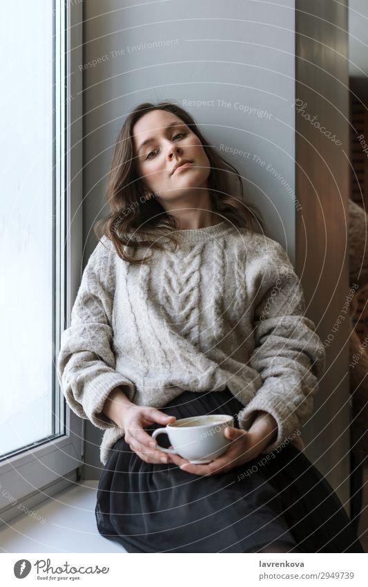 Frau im Pullover Haltebecher mit Latte attraktiv Café Freizeitbekleidung Kaukasier Nahaufnahme Kaffee Tasse Getränk trinken Schwache Tiefenschärfe Junge Frau