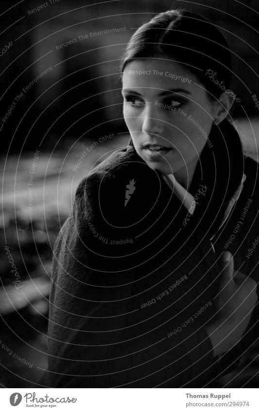 Blick aus dem Dunkeln Mensch feminin Junge Frau Jugendliche Erwachsene 1 18-30 Jahre Industrieanlage Fabrik Ruine Mauer Wand Jacke brünett Scheitel beobachten