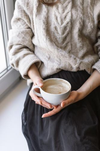 Frau Junge Frau Hand Erholung Winter 18-30 Jahre Lifestyle Herbst Wärme Kaffee Getränk trinken Frühstück heiß Café heimwärts