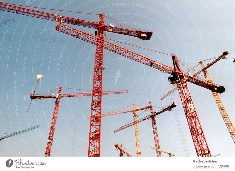 wenn das mal gut geht... Baustelle Industrie krahn Himmel bauen krähne