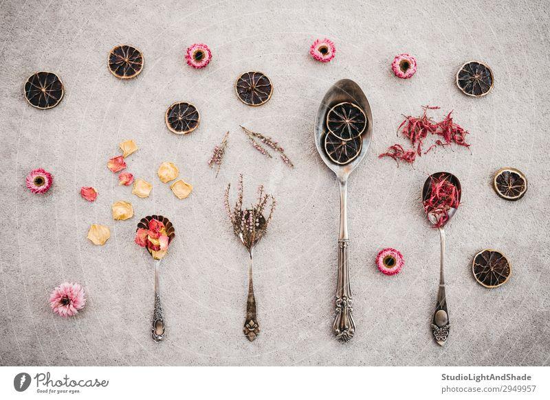 Kräuter, Blumen und Vintage-Silberlöffel Kräuter & Gewürze Löffel Duft Tisch Blatt Blüte Beton natürlich retro wild braun grau rosa Farbe Küchenkräuter