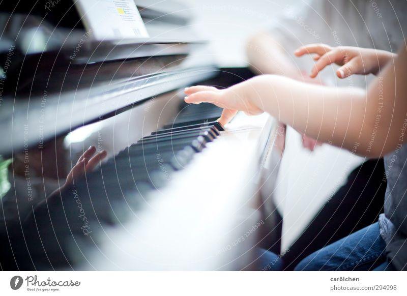 Musik Mensch Kind blau Hand Finger Klaviatur Klavier Schulunterricht musizieren spielend Klavierunterricht