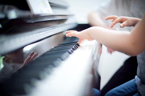 Musik Mensch Kind Hand Finger Klavier blau Klavierunterricht Klaviatur spielend musizieren Schulunterricht Musikschule Musikunterricht Farbfoto Detailaufnahme
