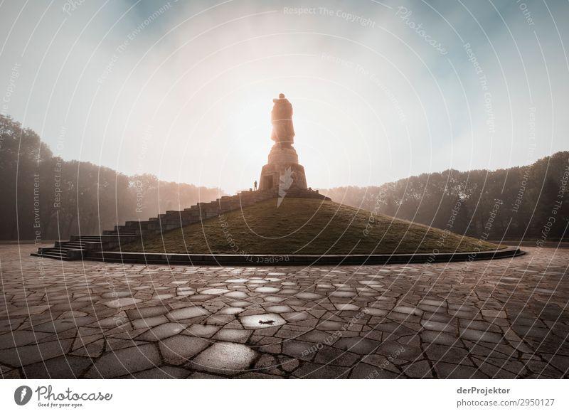 Sowjetisches Ehrenmal in Treptow mit Sonnaufgang Ferien & Urlaub & Reisen Tourismus Ausflug Abenteuer Ferne Freiheit Sightseeing Städtereise Bauwerk Architektur