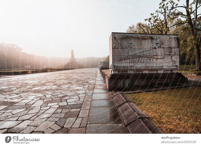 Sowjetisches Ehrenmal im Treptower Park XIII Architektur Sehenswürdigkeit Wahrzeichen Denkmal Berlin Soldatenfriedhof Gedeckte Farben Strukturen & Formen