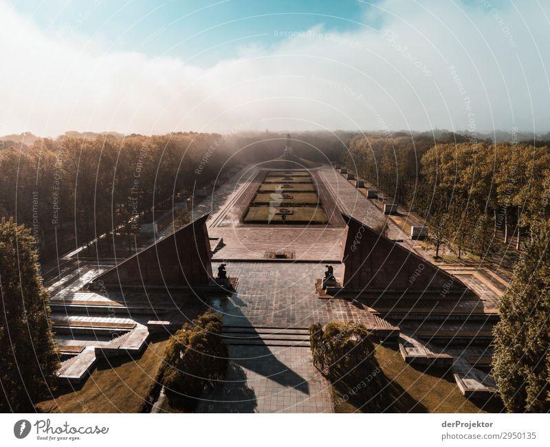 Sowjetisches Ehrenmal im Treptower Park XIX Architektur Sehenswürdigkeit Wahrzeichen Denkmal Berlin Soldatenfriedhof Gedeckte Farben Strukturen & Formen