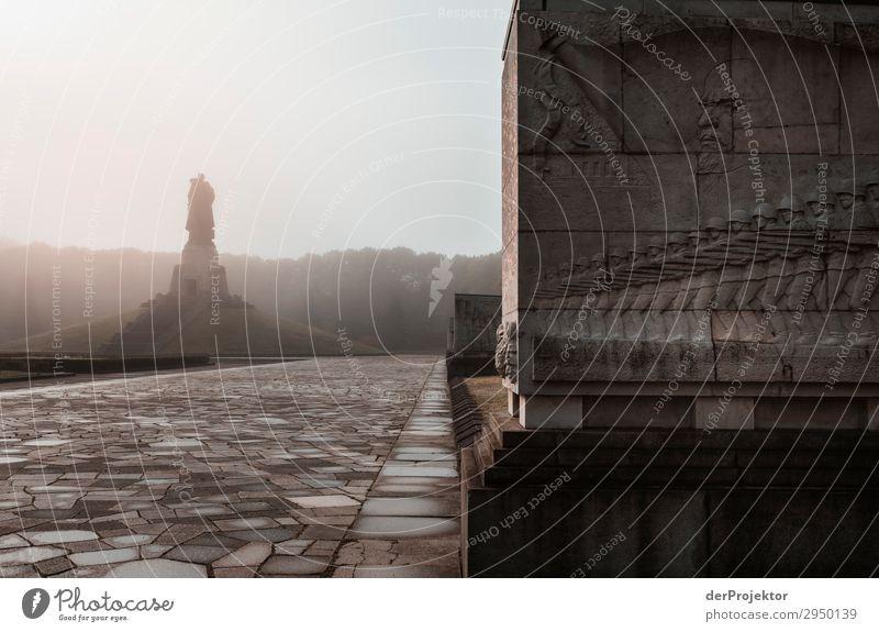 Sowjetisches Ehrenmal im Treptower Park VII Architektur Sehenswürdigkeit Wahrzeichen Denkmal Berlin Soldatenfriedhof Gedeckte Farben Strukturen & Formen