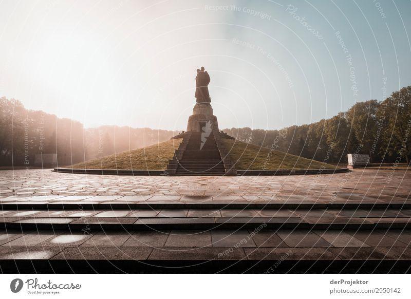Sowjetisches Ehrenmal im Treptower Park X Architektur Sehenswürdigkeit Wahrzeichen Denkmal Berlin Soldatenfriedhof Gedeckte Farben Strukturen & Formen