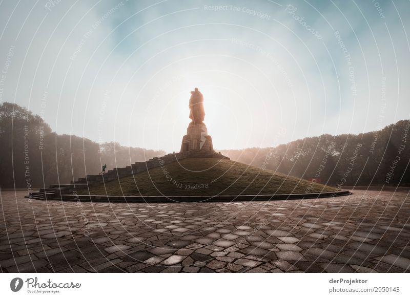 Sowjetisches Ehrenmal im Treptower Park XI Architektur Sehenswürdigkeit Wahrzeichen Denkmal Berlin Soldatenfriedhof Gedeckte Farben Strukturen & Formen