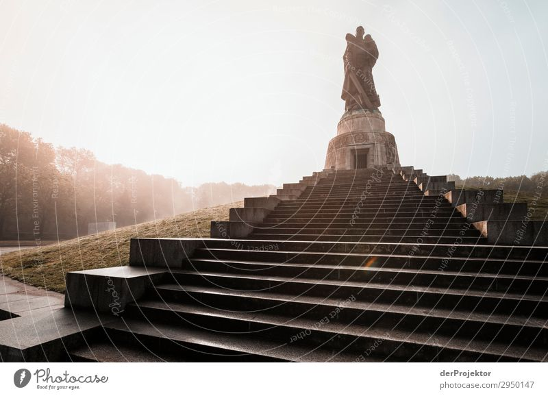 Sowjetisches Ehrenmal in Treptow in Berlin berlin berlinerwasser joerg farys Weitwinkel Totale Zentralperspektive Starke Tiefenschärfe Gegenlicht Sonnenaufgang