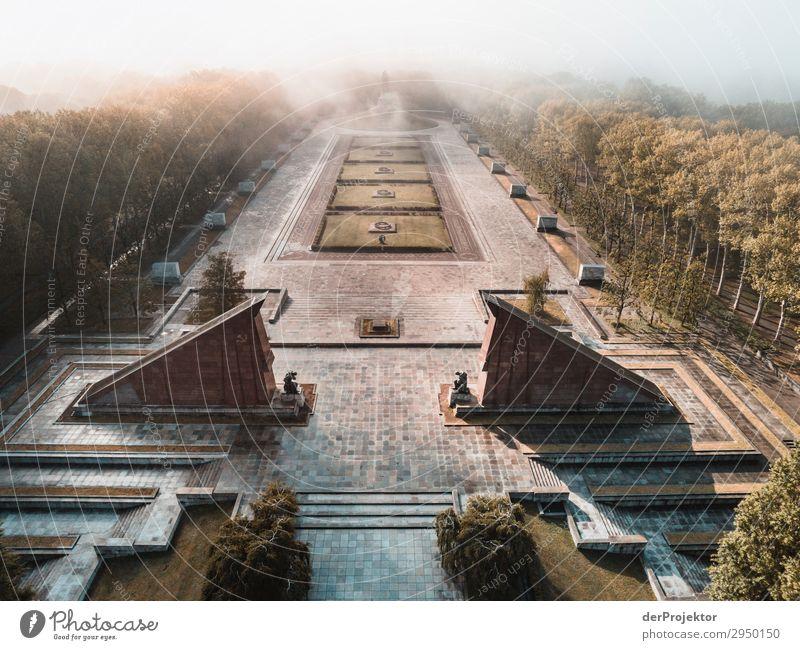 Sowjetisches Ehrenmal im Treptower Park II Architektur Sehenswürdigkeit Wahrzeichen Denkmal Berlin Soldatenfriedhof Gedeckte Farben Strukturen & Formen