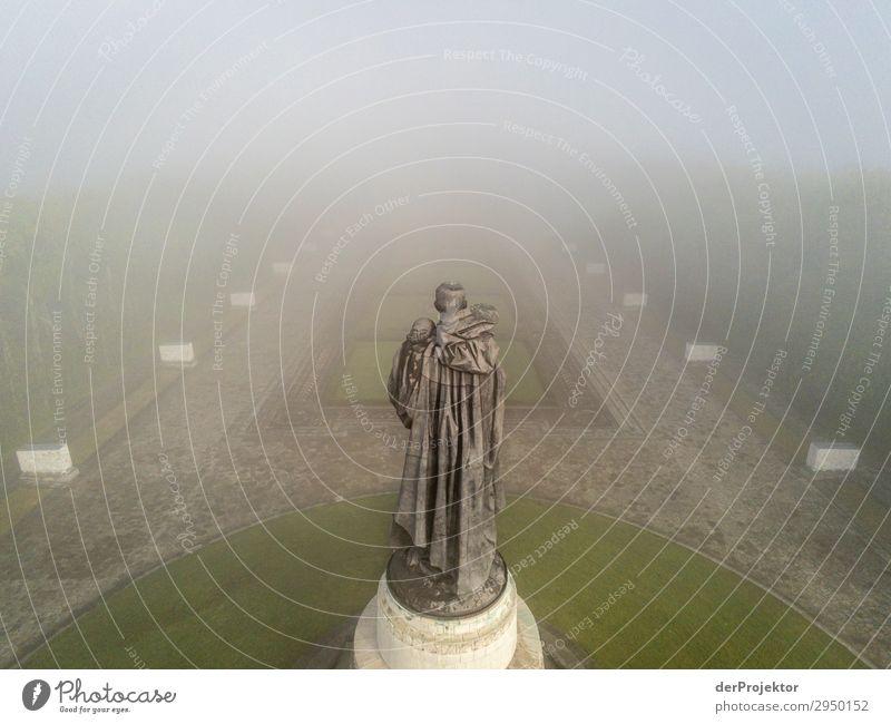 Sowjetisches Ehrenmal im Treptower Park I Architektur Sehenswürdigkeit Wahrzeichen Denkmal Berlin Soldatenfriedhof Gedeckte Farben Strukturen & Formen