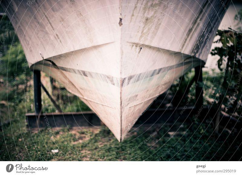 Trockendock Fischerboot Motorboot Wasserfahrzeug Hafen Schiffsbug Bootslack Schiffsrumpf alt trockenlegen trockengelegt Sanieren Schiffswrack Farbfoto