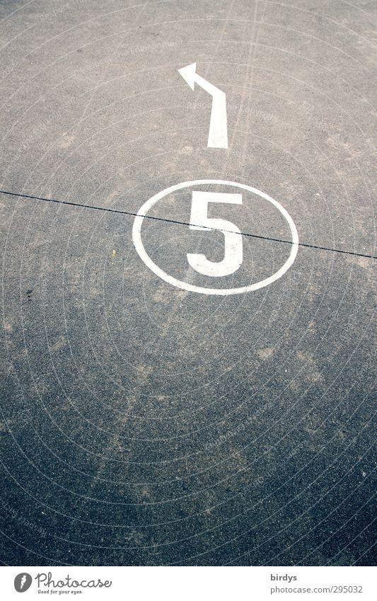 5 Verkehr Verkehrswege Straße Wege & Pfade Zeichen Ziffern & Zahlen Pfeil authentisch grau weiß Ziel richtungweisend Asphalt links Farbfoto Gedeckte Farben
