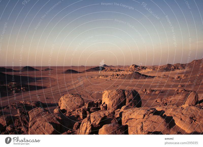 Kieselgesteinswüste Himmel Natur blau Einsamkeit Landschaft Ferne Wärme Freiheit Stein Sand Horizont natürlich braun Felsen orange gold