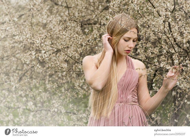 Frühling im Anmarsch?! Mensch Natur Jugendliche schön Sommer Pflanze Baum Einsamkeit Junge Frau Erwachsene Umwelt Leben feminin Gefühle Traurigkeit