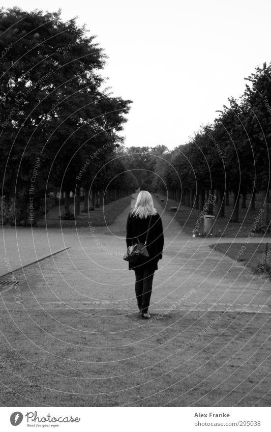 Einsamer Weg Mensch Baum feminin Gefühle Traurigkeit Denken Sand natürlich träumen Park blond Schuhe Erde warten beobachten Hoffnung