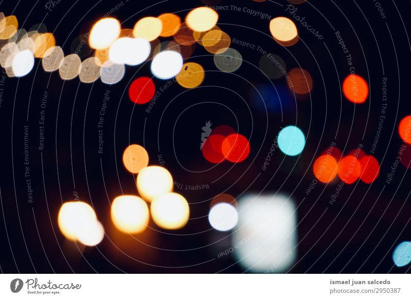 bunte Bokeh-Lichter in der Stadt auf der Straße bei Nacht Farbe mehrfarbig Unschärfe hell Außenaufnahme abstrakt Konsistenz Muster Hintergrund neutral