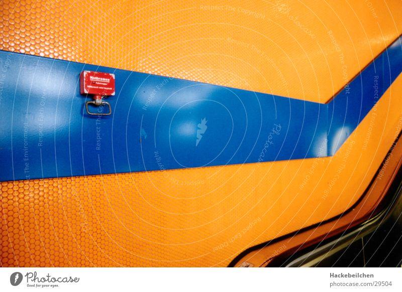 aufwärts! Eisenbahn abstrakt Rolltreppe Architektur Bahnhof S-Bahn Ecke orange blau Stadt