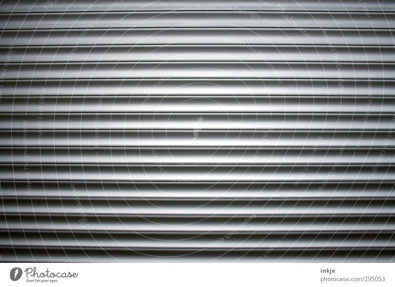 So eins von diesen mit ohne 15 Tor Linie Streifen lang parallel Garagentor Lamelle geschlossen quer Vignettierung Farbfoto Gedeckte Farben Außenaufnahme
